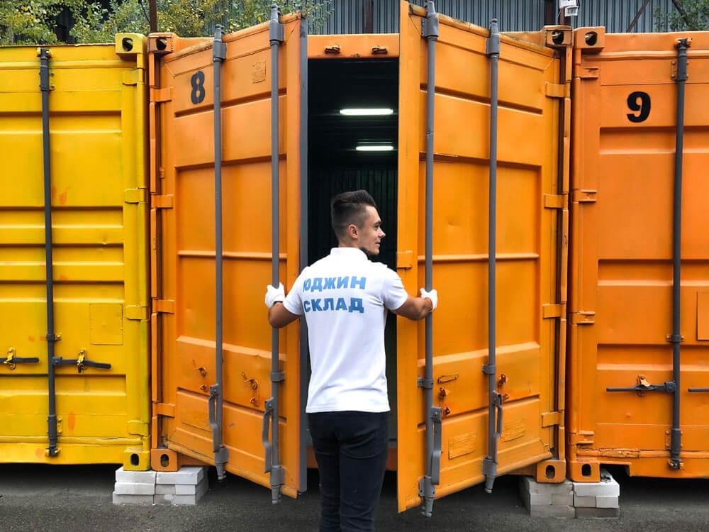 рабочий юджин склада проверяет контейнер